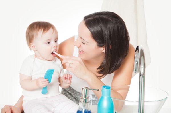 Este bine să spălăm pe dinţi bebeluşul?
