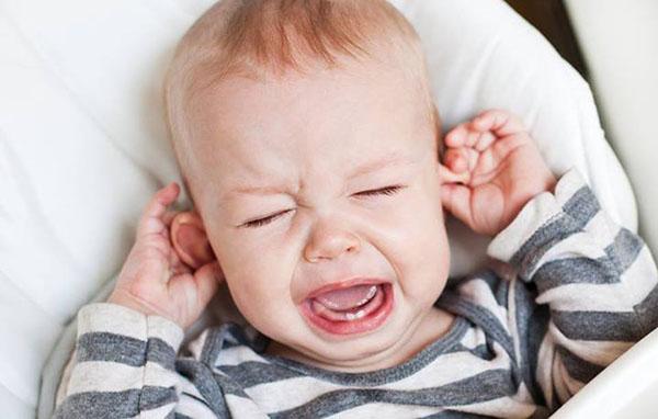 bebelus durere la ureche