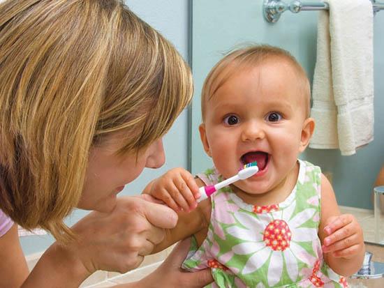 bebelus se spala pe dinti
