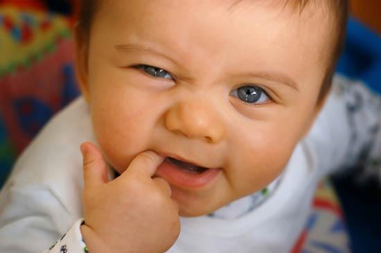 10 soluţii pentru durerile de dinţi la bebeluşi