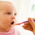 Când trebuie să diversificăm alimentaţia la bebeluşi