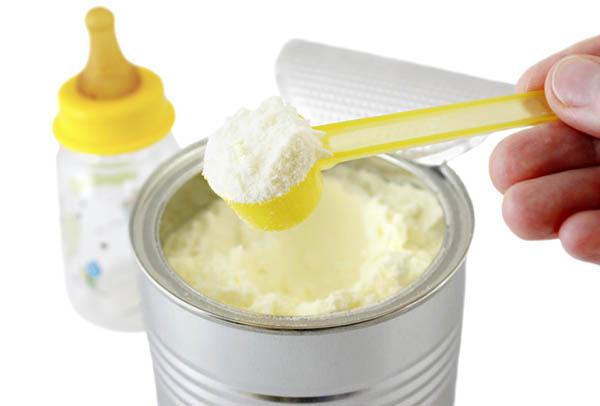 Cum trebuie să alegem laptele formulă la bebeluşi