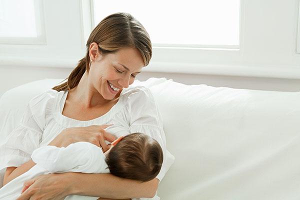 Pozitii de alaptare si atasarea corecta a bebelusului la san | Bioclinica