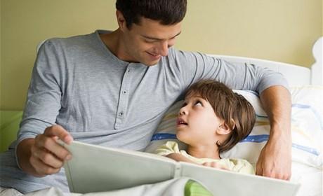 De ce este bine să le citim poveşti copiilor seara