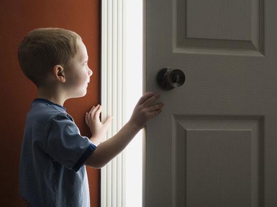 Cum ne convingem copilul să stea singur acasă