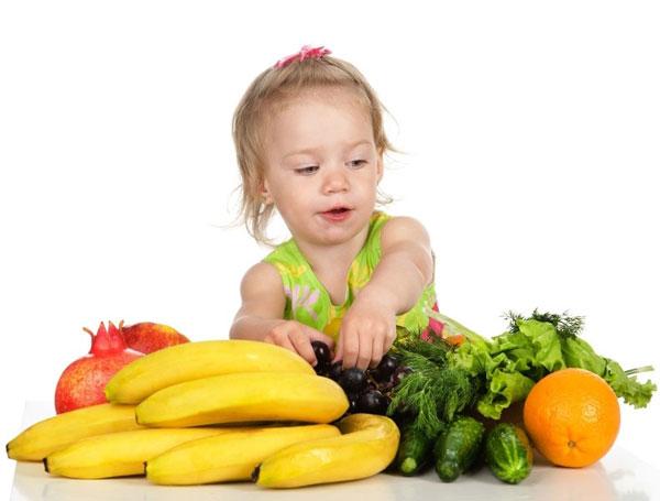 copil-care-mananca-fructe-si-legume