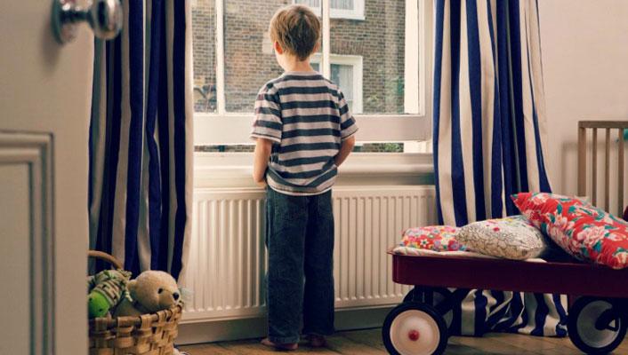 copil-singur-acasa