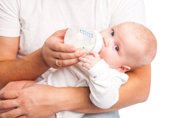 Alăptarea artificială a bebeluşului